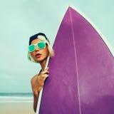 Deixe-nos ir ressaca Menina com placa de ressaca na praia Fotografia de Stock