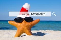 Deixe-nos jogar o conceito brincalhão da felicidade do mar da areia do verão da praia Fotografia de Stock Royalty Free