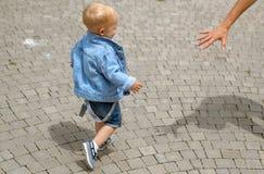 Deja apenas para ir a caminar illusytration con las nubes, el sol y el cochecillo Poco paseo del bebé al aire libre Pequeño bebé  imagen de archivo
