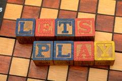 Deja bloques de palabra del juego en fondo del ajedrez foto de archivo libre de regalías