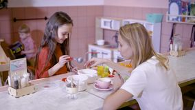 Deja el juego Pequeña hembra consciente que alimenta a su mamá mientras que pasa el tiempo libre en café junto metrajes