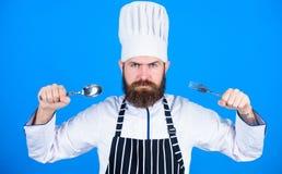 Deja el plato del intento Cocinero hambriento listo para intentar la comida Hora de intentar gusto Cuchara y bifurcación estricta imágenes de archivo libres de regalías