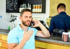 Deja la reunión en café Fondo móvil del barista del café de la conversación del hombre Café de la bebida mientras que espera El c fotografía de archivo