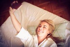 Dejado para tomar un autorretrato de la cama Rutina de la mañana imagenes de archivo