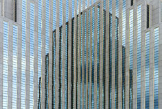 Dejando perplejo, edificio reflejado foto de archivo
