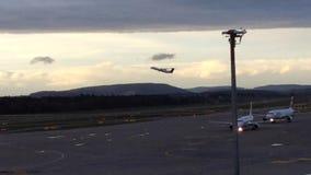 Dejar el avión en el aire en el Puesta del sol-Zurich-aeropuerto ZRH, Suiza almacen de metraje de vídeo