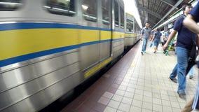 Dejar el tren del tránsito del ferrocarril ligero de la estación almacen de metraje de vídeo