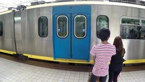 Dejar el tren del tránsito del ferrocarril ligero de la estación metrajes