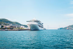 Dejima hamnplats - havsikt av Nagasaki port på sommardagen i Japan royaltyfri bild