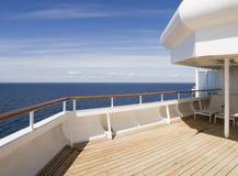 Dek van een cruise op een zonnige dag Stock Foto
