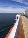 Dek van een cruise op een zonnige dag. Royalty-vrije Stock Afbeeldingen