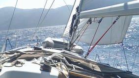 Dek van een varende boot stock foto