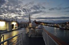 Dek van een vrachtschip tijdens vroege zonsopgang stock foto's