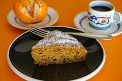 Dekadent ändå sund frukost för morotkaka med frukt royaltyfri bild