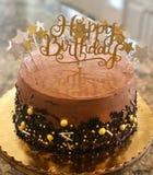 Dekadent chokladfödelsedagkaka arkivfoto