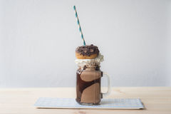 Dekadentes Milchshake mit Donut Lizenzfreie Stockfotografie