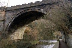 Dekan Village Bridge mit Fluss, Wasser von Dekan lizenzfreie stockbilder