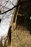 Dekan Village Bridge mit Kirchturm im Hintergrund lizenzfreie stockfotos
