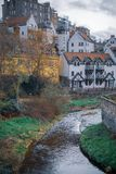 Dekan Village Buildings mit Fluss lizenzfreie stockfotos