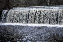 Dekanby som rusar vattenfallet arkivfoto