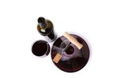 Dekantatoru szkło z czerwone wino odgórnym widokiem i butelka. Fotografia Stock