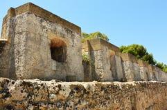 Dekantera för romare och slut för sänkabehållare av den roman akvedukten av Brindisi, Apulia, Italien Arkivfoton