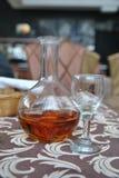 Dekantiergefäß Kognak und leeres Glas Lizenzfreie Stockfotos