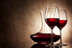 Dekantiergefäß mit Rotwein und Glas Lizenzfreies Stockfoto
