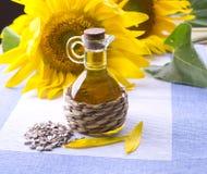 Dekantiergefäß mit Sonnenblumenöl Stockfoto