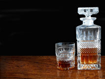 Dekantiergefäß und Glas Whisky Stockbilder