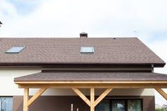 Dekarstwo budowa i budynku nowy dom z modularnym kominem, skylights, attykiem, dormers i okapami, Fotografia Royalty Free