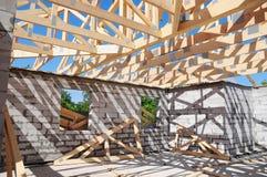 Dekarstwo budowa z drewnianymi promieniami, bele, flisacy, trusses obrazy royalty free
