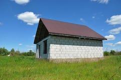 Dekarstwo budowy i budynku nowego domu budowy powierzchowność Domowego budynku proces w łące Obraz Stock