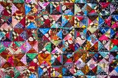 Dekbed met verschillende kleuren abstracte patronen, met de hand gemaakte binnenlandse productie stock fotografie