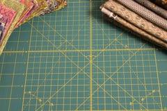 Dekbed roterende scherpe mat met multicolored stof op achtergrond Royalty-vrije Stock Fotografie