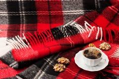 Deken, een kop met koffie en koekjes Stock Foto