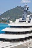 Dekken van het Jacht van de Luxe bij Tropische Haven Royalty-vrije Stock Afbeeldingen