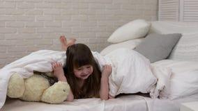 Dekking van twee de leuke kleine kinderenmeisjes met deken stock videobeelden