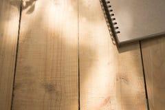 Dekkingsboek op houten lijst Stock Foto
