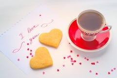 Deklaracja miłość, filiżanka herbata i ciastka w formie a, Zdjęcie Stock