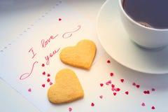 Deklaracja miłość, filiżanka kawy i ciastka w formie, Obraz Stock
