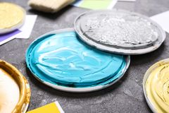 Dekle z farbami dla wewnętrzny dekorować, zbliżenie obraz stock