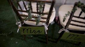 Dekor an der Hochzeit, die Stühle der Braut und Bräutigam mit Zeichen stock footage