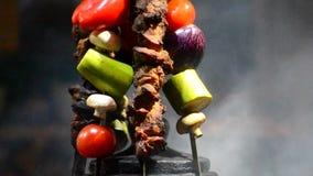 Dekor des Kebabs auf Aufsteckspindeln und geschnittenem Gemüse stock video footage