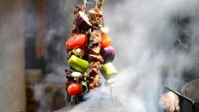 Dekor des Kebabs auf Aufsteckspindeln und geschnittenem Gemüse stock footage