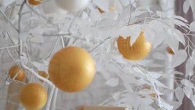 Dekor des neuen Jahres in den weißen Farben Bälle mögen Orangen auf schneeweißen Bäumen Das Video ist für den Hintergrund passend stock footage