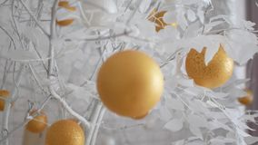 Dekor des neuen Jahres in den weißen Farben Bälle mögen Orangen auf schneeweißen Bäumen Das Video ist für den Hintergrund passend stock video