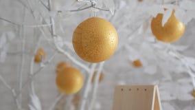 Dekor des neuen Jahres in den weißen Farben Bälle mögen Orangen auf schneeweißen Bäumen Das Video ist für den Hintergrund passend stock video footage