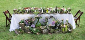 Dekor för bröllopbanketttabell i trädgården Arkivfoton