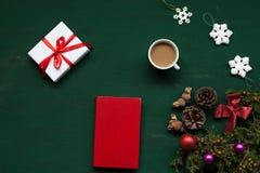 Dekor för bulor för nytt år för gåvor för jultabellleksaker arkivbilder